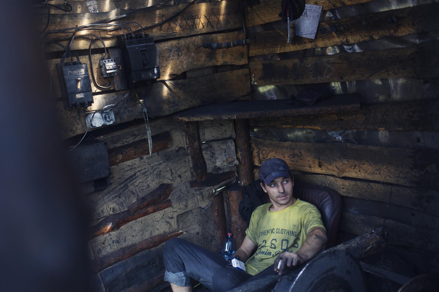Tolek, 20 ans, travaille dans les mines illégales depuis qu'il a 14 ans. La mine dans laquelle il travaille a désormais été légalisée par les rebelles. (photo Kyrre Lien/8e étage)