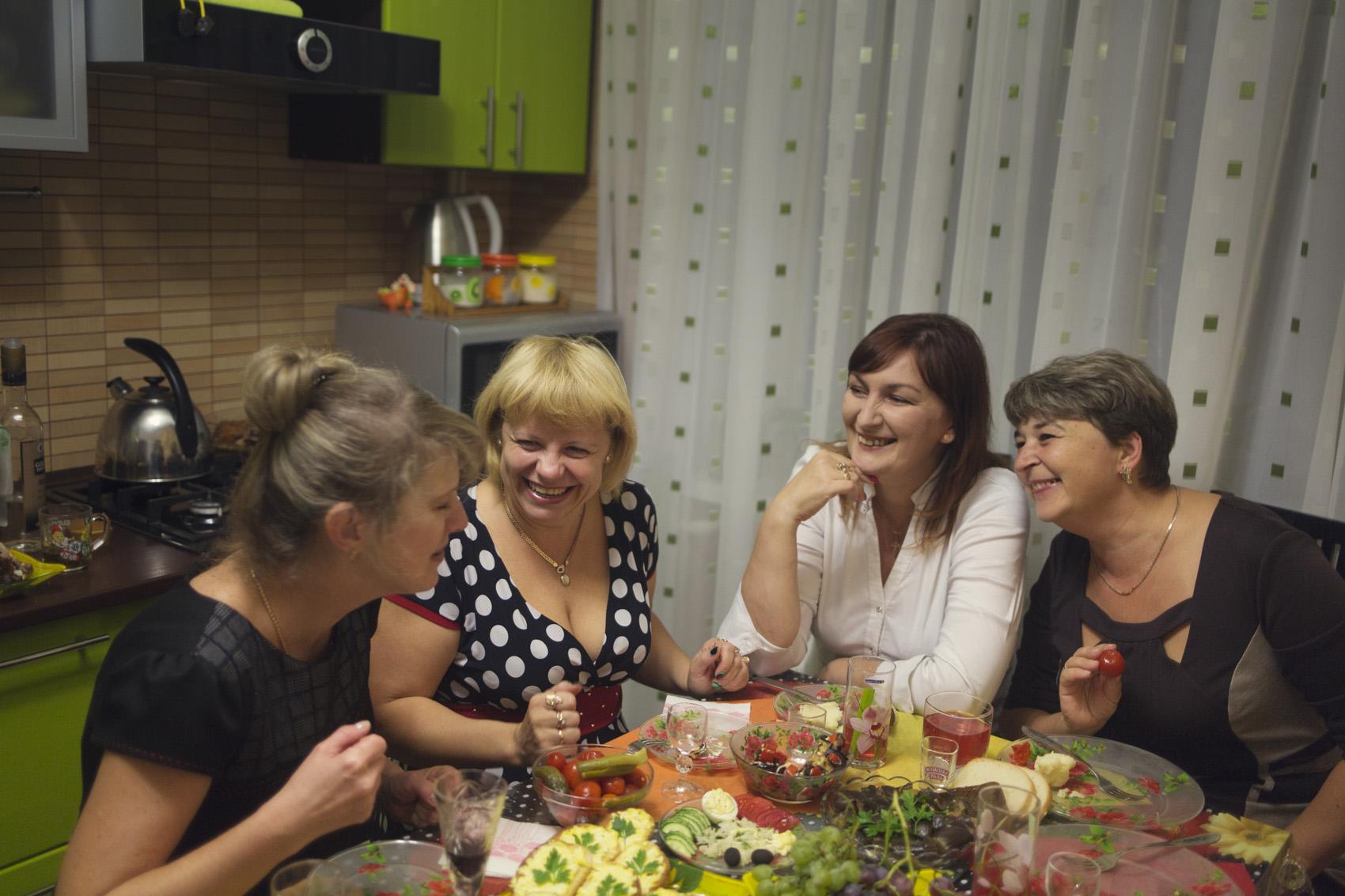 La bouteille de vodka descend rapidement lorsque la femme de Mikhail, Tatyana (à gauche) invite ses amies chez eux. Après des rires forts et des shots de vodka, elles nous montrent des films de propagande sur la victoire de la République de Donetsk contre l'Ukraine. (photo Kyrre Lien/8e étage)