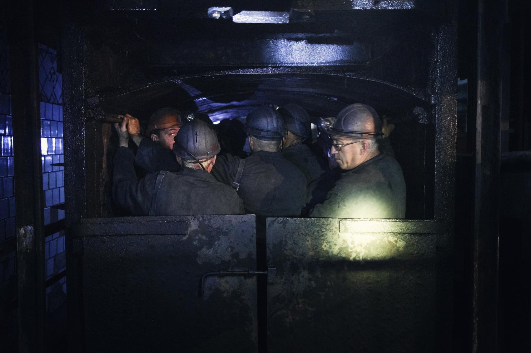 Il est estimé que l'industrie minière enregistre 2,2 morts par tonne de charbon extraite, soit trois fois plus qu'en Russie. Mikhail Ivanov se tient avec les autres mineurs dans l'ascenseur qui les emmènera au plus profond de la mine. (photo Kyrre Lien/8e étage)