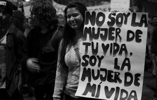 """Lors de manifestations en mai dernier à Buenos Aires, une jeune femme brandit une pancarte avec l'inscription : """"Je ne suis pas la femme de ta vie, je suis la femme de ma vie"""". (Photo Flickr/Sofía)"""