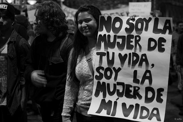 """Lors de manifestations en mai dernier à Buenos Aires, une jeune femme brandit une pancarte avec l'inscription: """"Je ne suis pas la femme de ta vie, je suis la femme de ma vie"""". (Photo Flickr/Sofía)"""