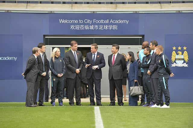 Xi Jinping visite le centre de formation de Manchester City au côté du Premier ministre du Royaume-Uni, en 2015. (Photo Flickr/Number 10)