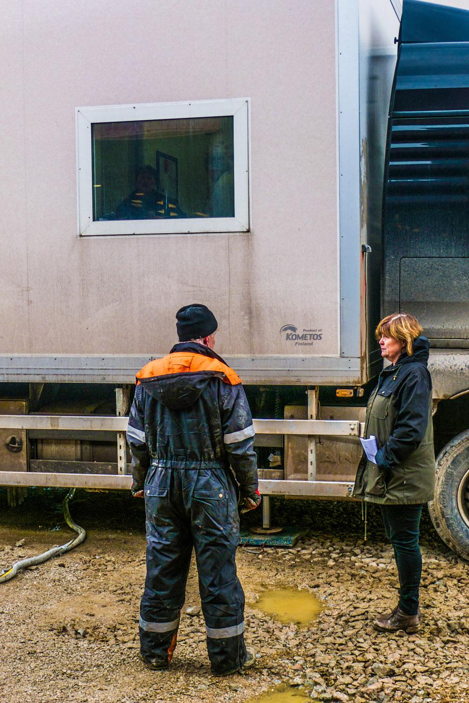 «J'ai grandi dans une ferme d'un petit village dans la province d'Halsingland, où nous élevions et mangions nos bêtes. J'ai voulu permettre aux consommateurs d'avoir la même viande que celle que je mangeais chez moi», raconte simplement Britt-Marie. A l'heure où pénétrer dans un abattoir est plus difficile que dans l'enceinte d'une prison, la chef d'entreprise joue la carte de la transparence. Jusqu'à inviter les journalistes à assister à toute la scène. (photo Charles Perragin & Margot Hemmerich/8e étage)