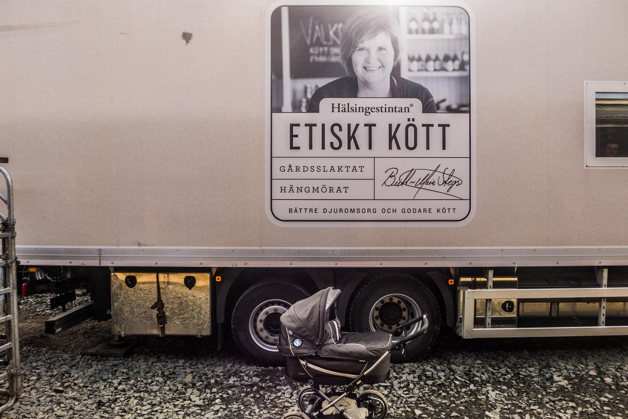 """«Etiskt Tött"""" signifie """"viande éthique"""". Aujourd'hui, Hälsingestintan ne travaille qu'avec une trentaine de fermes dans tout le pays, mais elle ne choisit que les éleveurs respectueux du bien-être de leur bétail. Quitte à les payer davantage qu'un abattoir classique pour chaque vache achetée. """"Bien sur ça nous coute plus cher à nous, et plus cher au consommateur ensuite [De 1 à 10€ plus cher par kilo selon les pièces]. Mais il faut arrêter de penser la viande en termes de coûts. Vous n'avez pas besoin de manger 200 grammes de viande à chaque repas, il vaut mieux réduire mais acheter des morceaux de qualité», martèle Britt-Marie, PDG de l'entreprise. (photo Charles Perragin & Margot Hemmerich/8e étage)"""