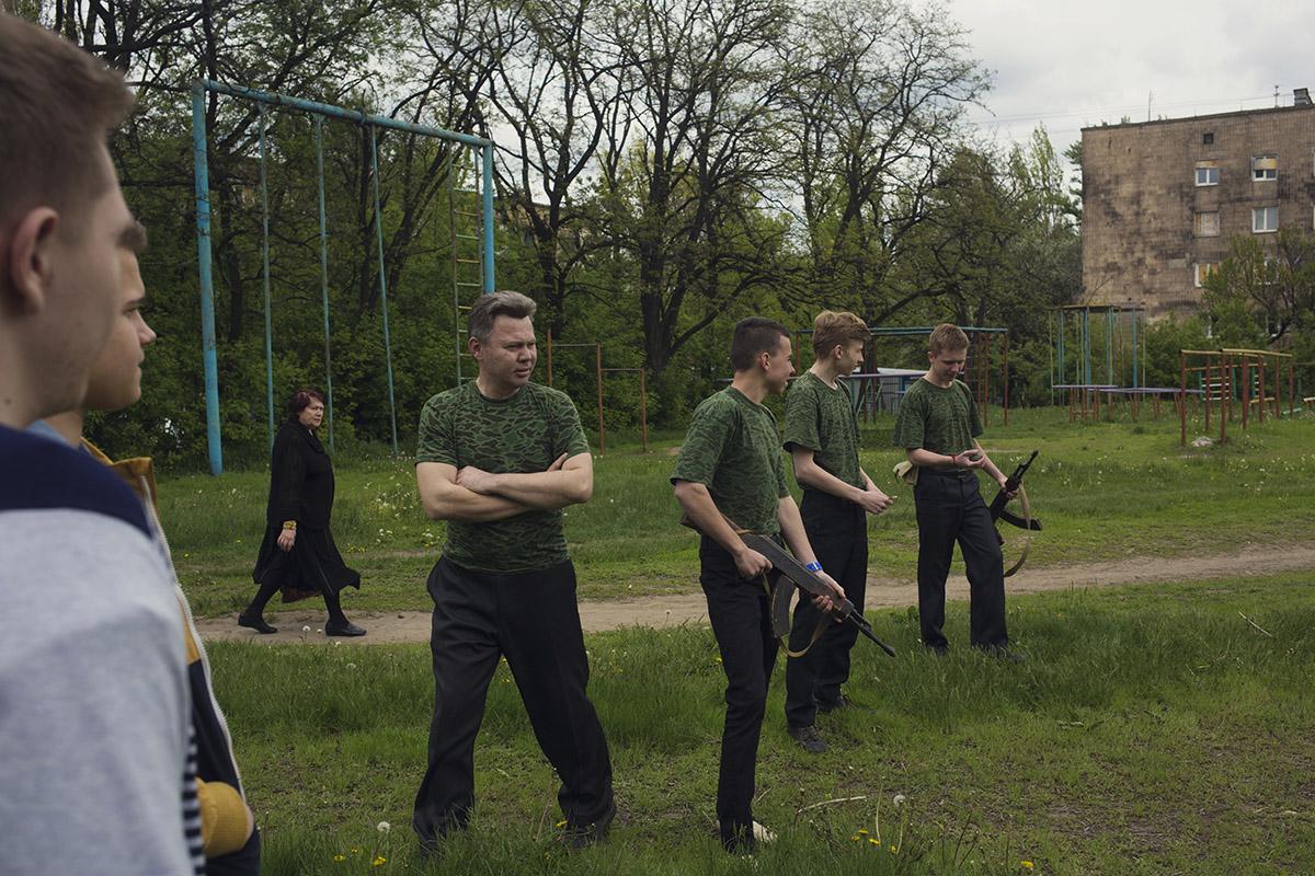 Pendant que les plus jeunes reçoivent des cours d'idéologie, les étudiants les plus âgés sont formés à la tactique militaire. La directrice de l'école espère que cet enseignement leur donnera envie de rejoindre les rangs de l'armée de la République populaire de Donetsk. (photo Kyrre Lien/8e étage)