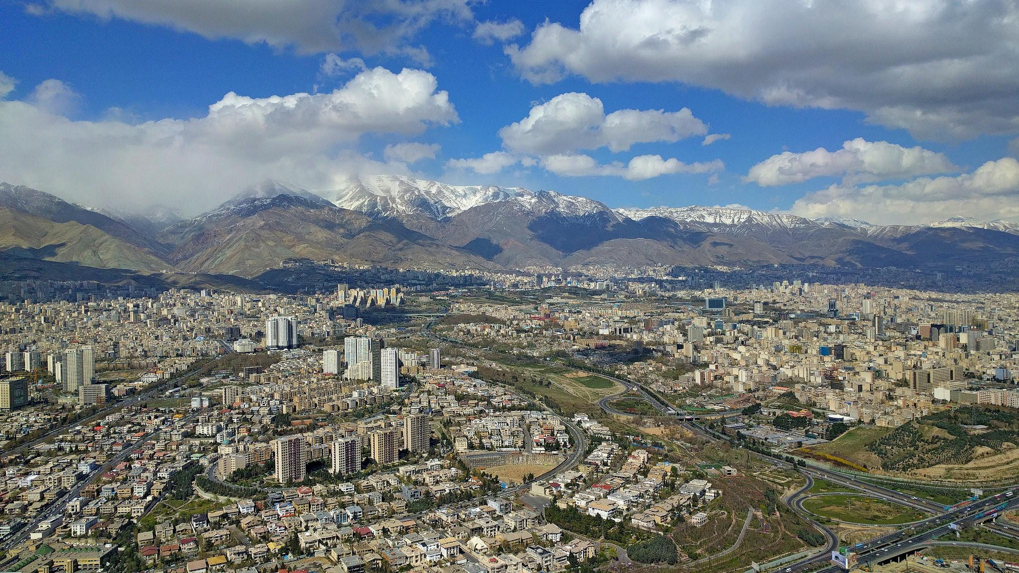 Située entre 1100 et 1980 mètres d'altitude, Théran compte 8,9 millions d'habitants. (photo flickr/danyal62)