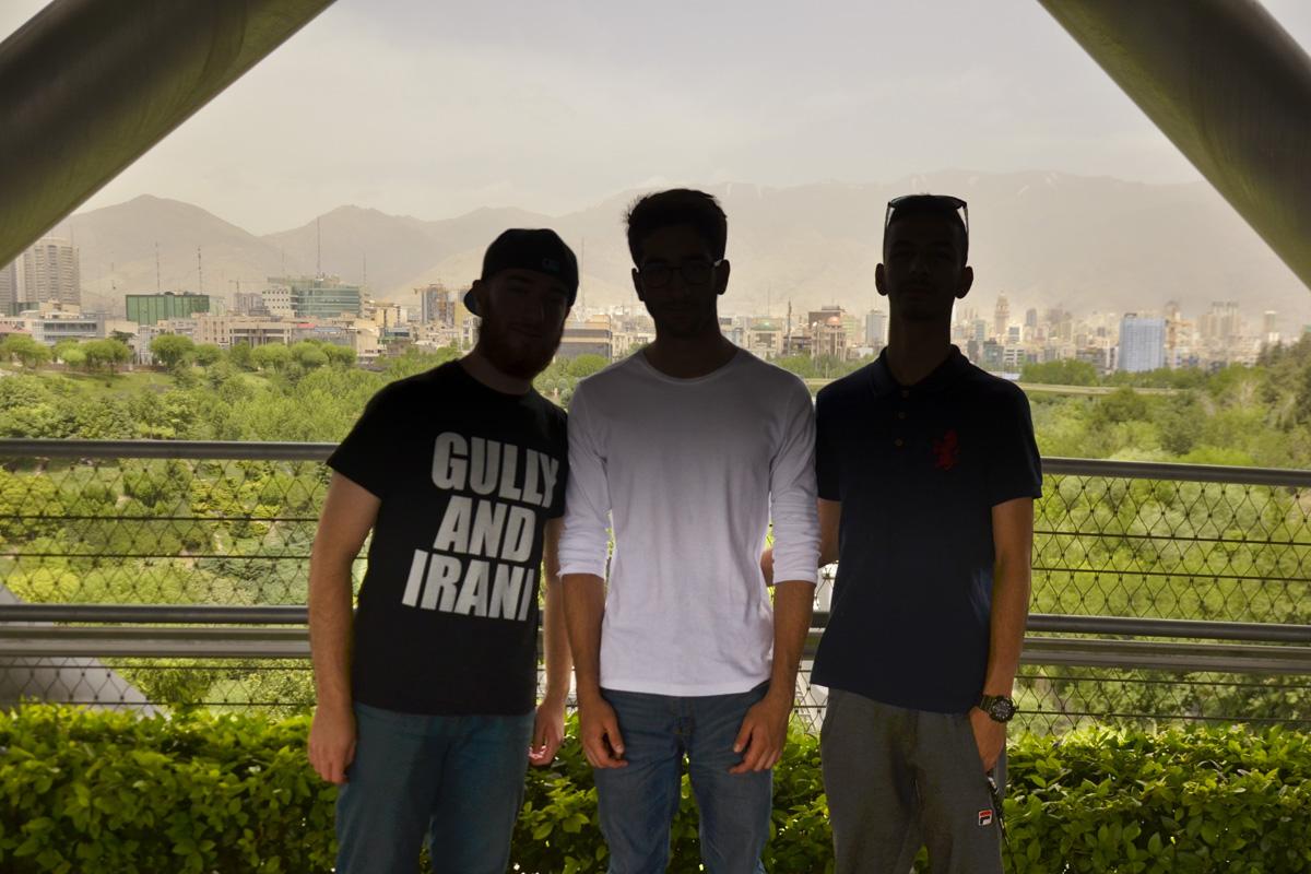 Hossein et ses amis.  (photo Anne-Sophie Faivre Le Cadre/8e étage)