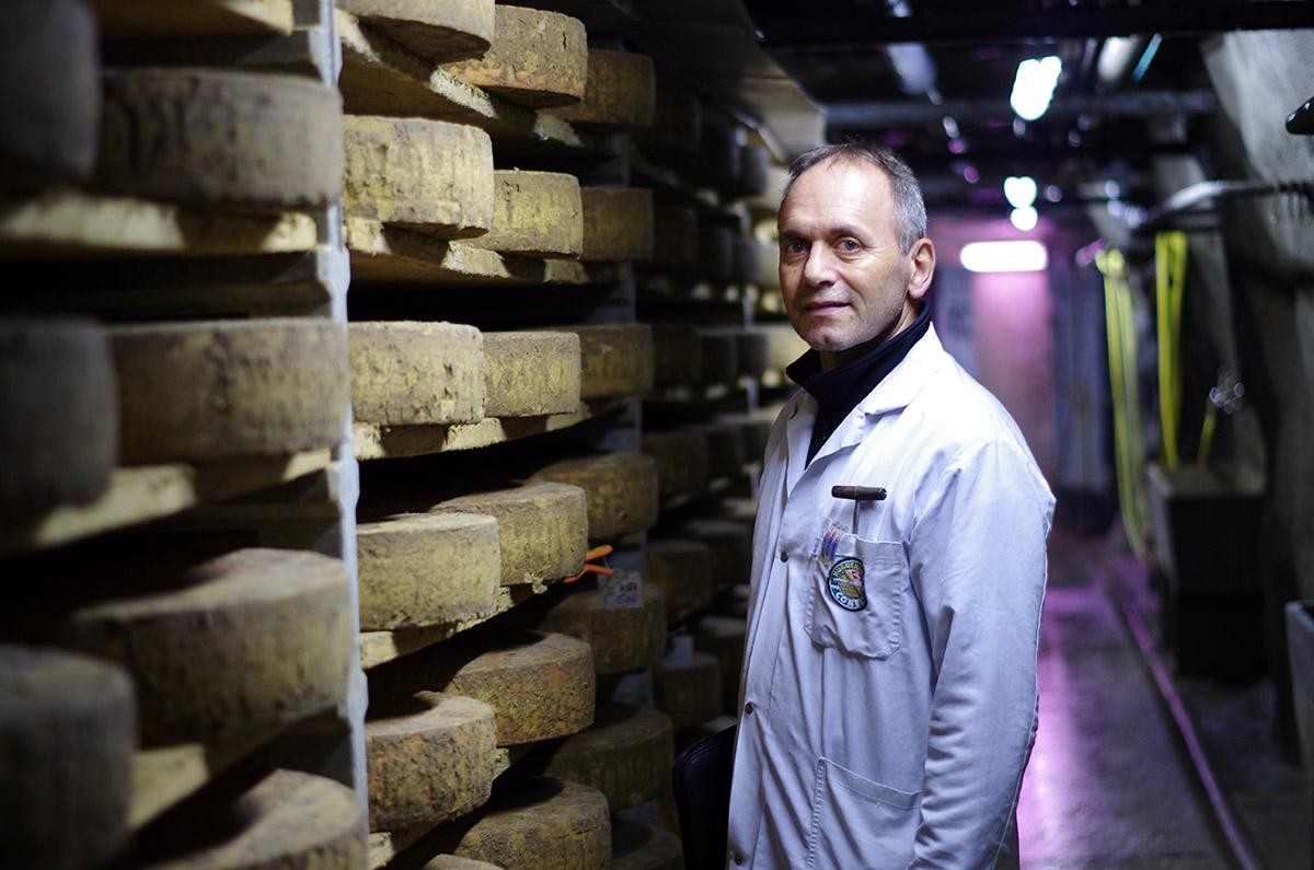 La fromagerie Huguenin est propriétaire du Fort de la Tine depuis 2007, explique Jean-Baptiste Grand. Derrière ses portes sont entreposés quelque 10000 fromages.