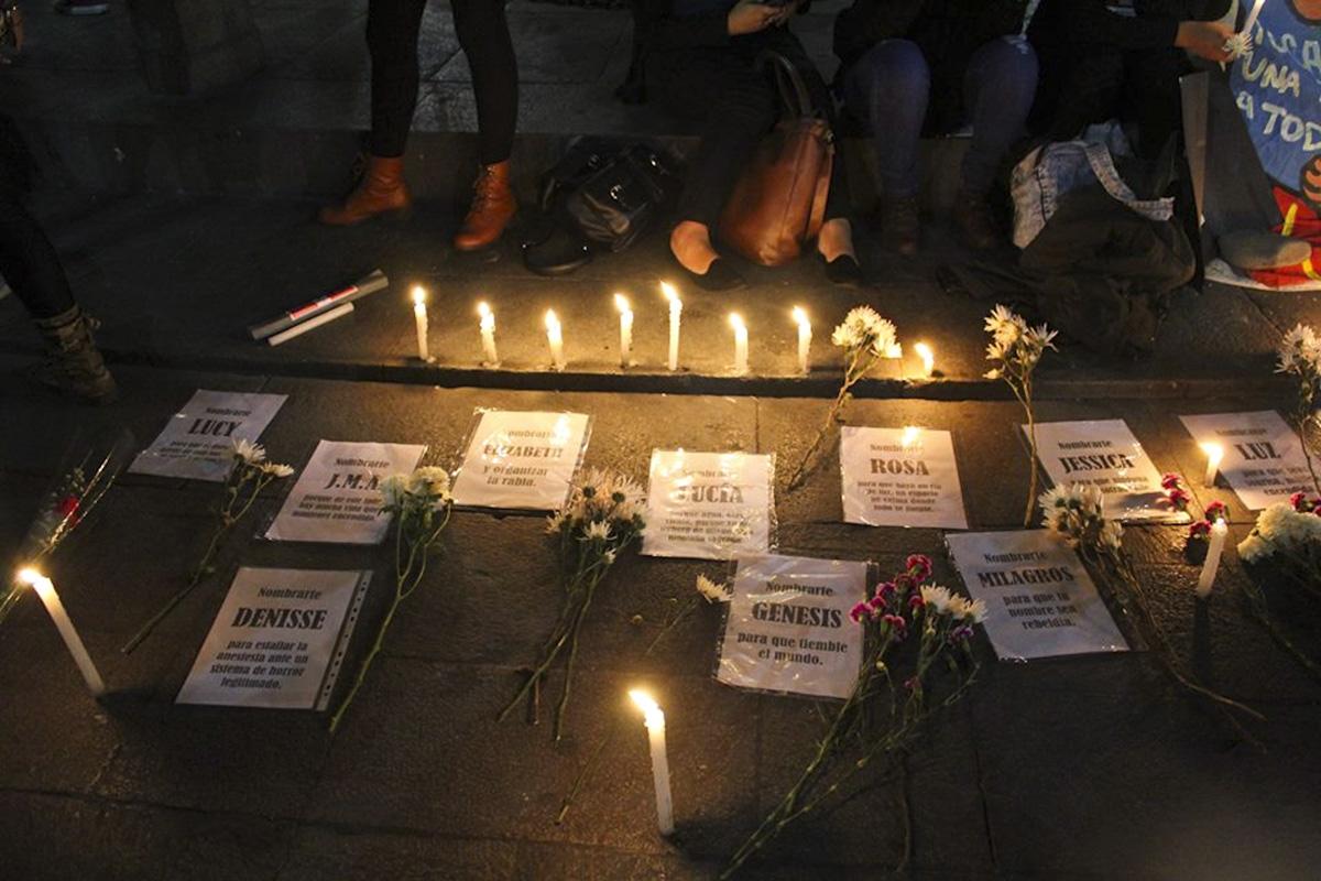 Sur la place San Martin de Lima, des bougies ont été placées autour des noms des victimes de féminicides au Pérou. (Photo Ni Una Menos en los olivos)