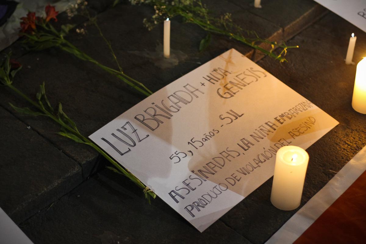 Une pancarte en hommage a Luz, une jeune fille de 15 ans tuée après avoir été violée. (photo Adeline Haverland/8e étage)