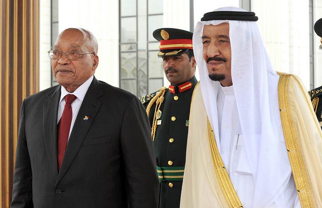 Le roi Salmane ben Abdelaziz Al Saoud aux côtés du président sud-africain Jacob Zuma.