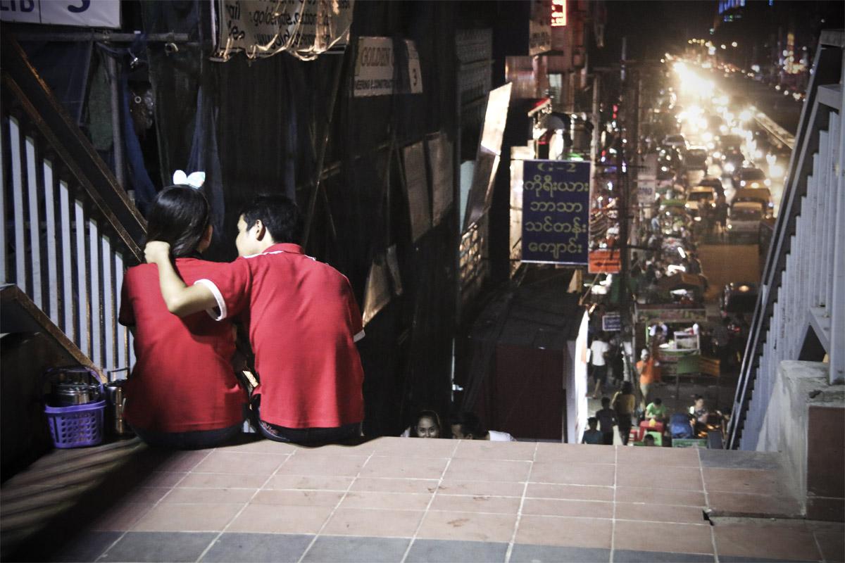 À Yangon, les couples n'hésitent plus à s'enlacer. (Photo Matthieu Baudey/Carole Oudot/8e étage)