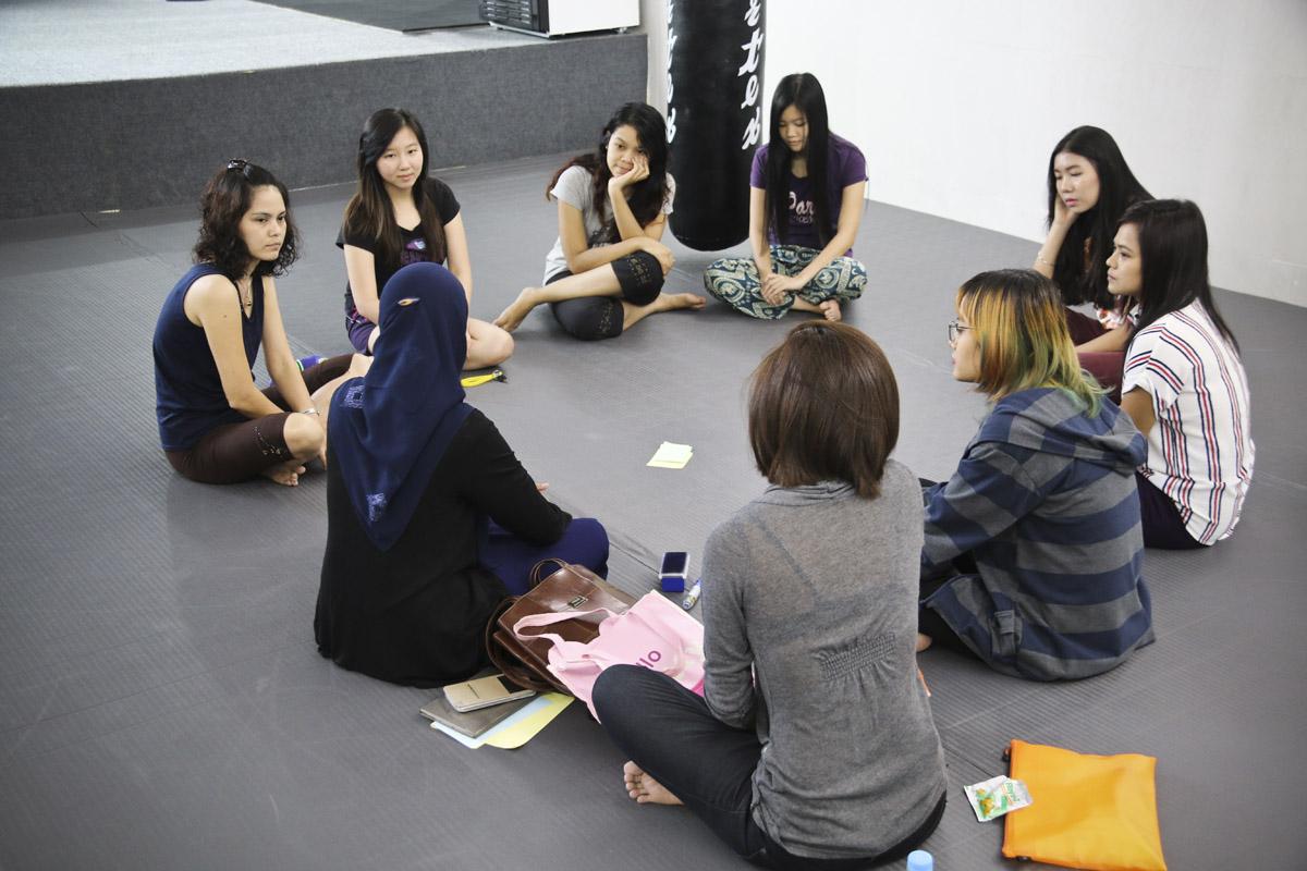 Les femmes de l'association d'auto-défense partagent leurs expérience de harcèlement de rue. (Photo Matthieu Baudey/Carole Oudot/8e étage)