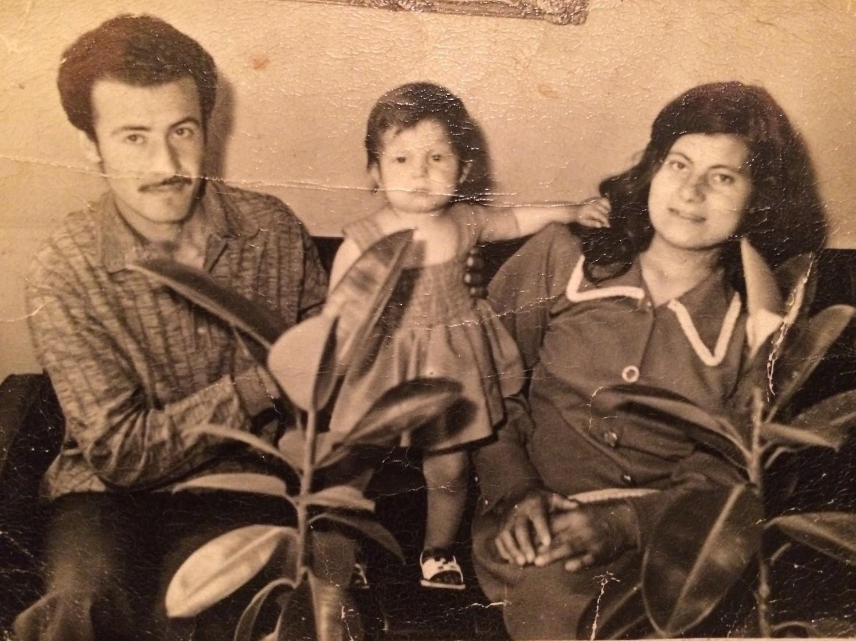 Nariman Ibrahim entourée de ses parents disparus en 1975. (photo Act for the Disappeared)