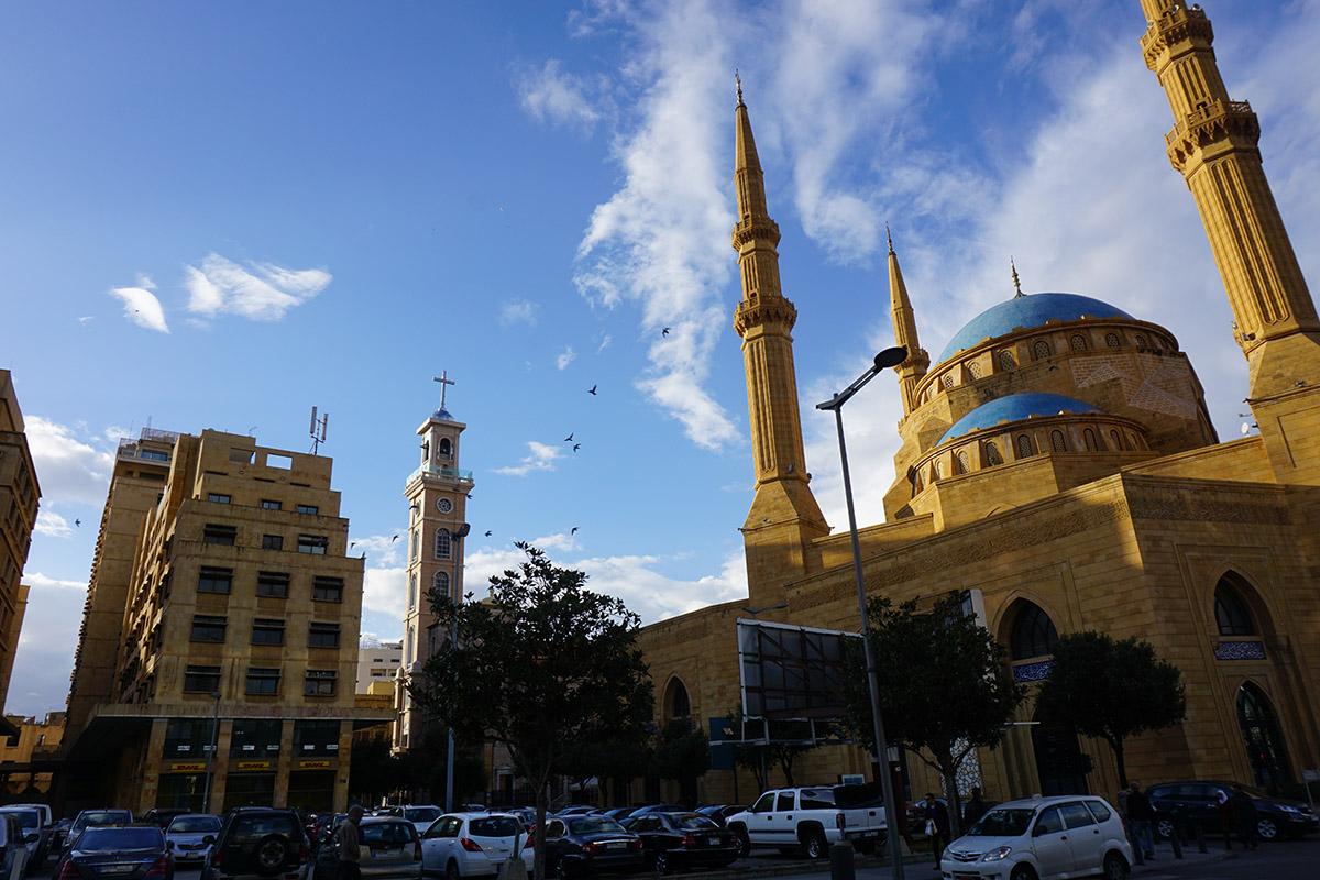 Une mosquée, une église, la routine au Liban. (photo Jehanne Bergé)