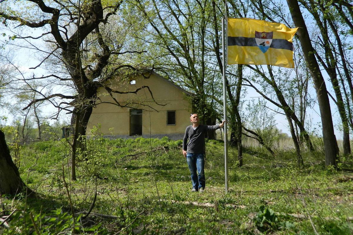 Sitôt le drapeau planté, le cliché et le communiqué de la déclaration du Liberland sont aussitôt postés sur le site Internet du nouvel État. La dernière micronation en date recevra sur sur-le-champ un nombre cataclysmique de demandes de citoyenneté: 140000 en l'espace d'à peine quelques semaines. (photo Liberland)