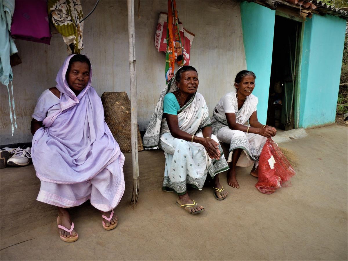 À coté de Lili (droite), Sukurmoni (gauche) et Churamoni (centre), deux veuves accusées de sorcellerie par leurs voisins, qui n'arrivaient pas à marier leur fille. (photo Jack Fereday/8e étage)
