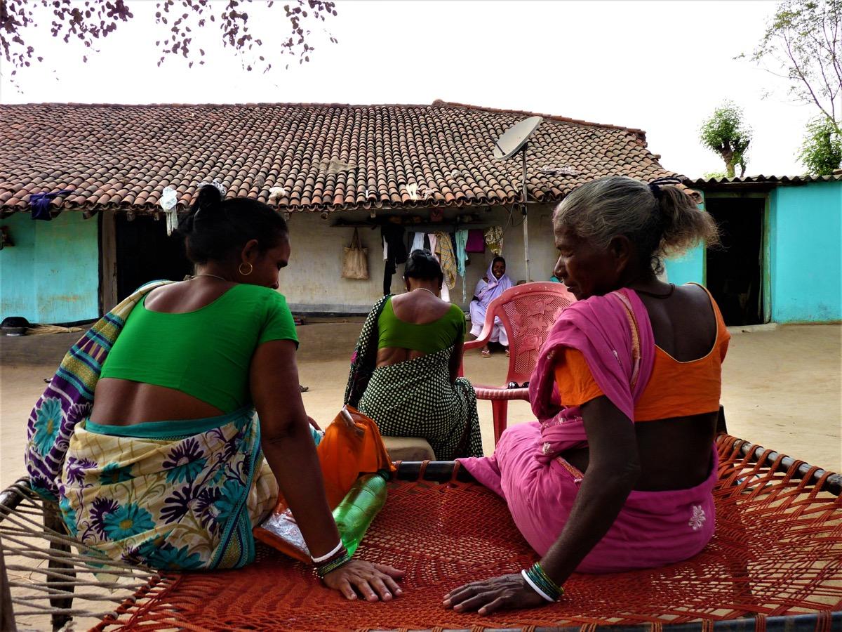 Des survivantes de chasses aux sorcières réunies chez Chutni Mahato (centre), dont la maison sert aujourd'hui de refuge aux femmes persécutées. (photo Jack Fereday/8e étage)
