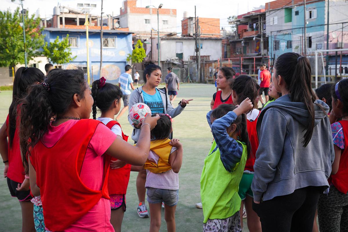 Juliana Román Lozano, anthropologue et entraîneuse de football donne les consignes aux Aliadas de la 31. Elle encadre les entraînements avec Monica Santino depuis 2010. (photo Louise Michel d'Annoville/8e étage)
