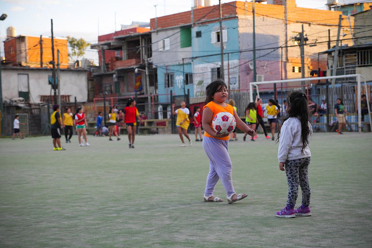 Les deux petites filles, encore trop jeunes pour participer à l'entraînement, attendent que leurs mères finissent la partie.(photo Louise Michel d'Annoville/8e étage)