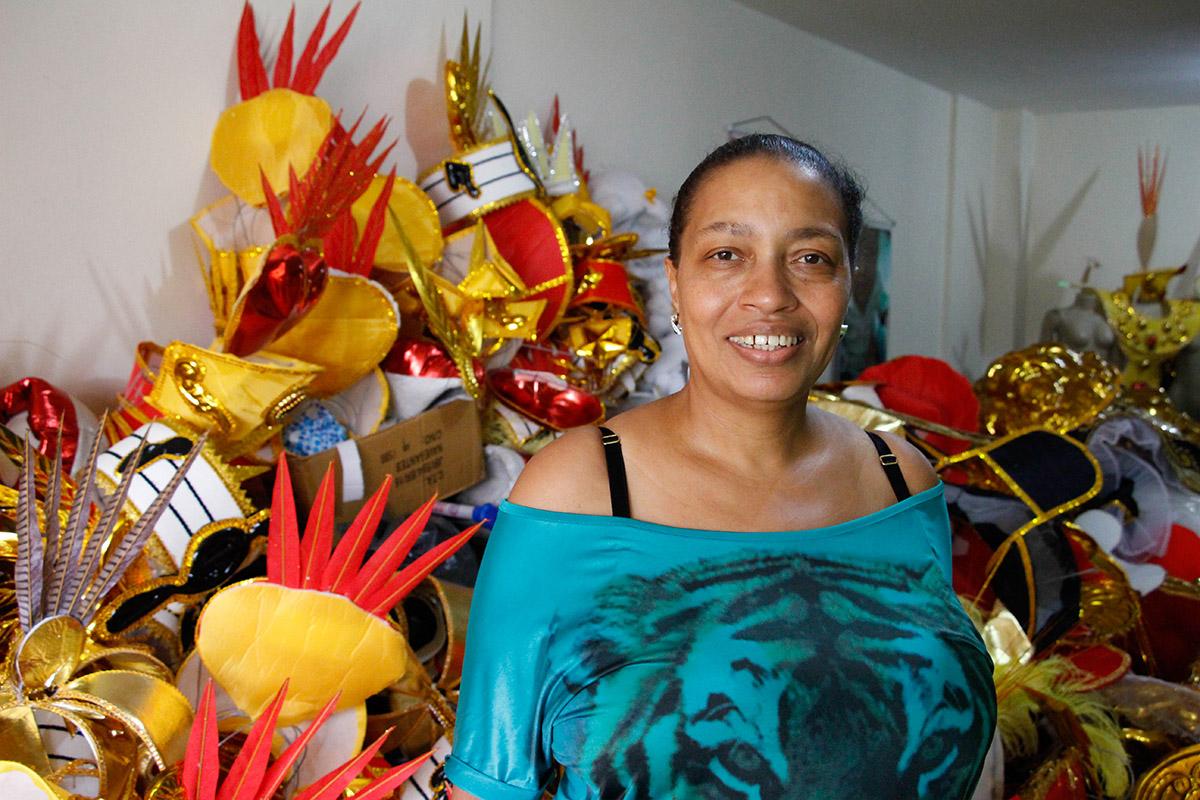 Rosemeire pose dans son salon au milieu des costumes. (photo Elise Moutarlier/8e étage)