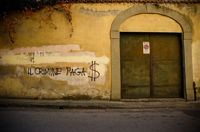 "À Pise, en Italie, sur un mur, l'inscription ""Le crime paie"". (Photo Flickr/ Marc-Olivier Bergeron)"