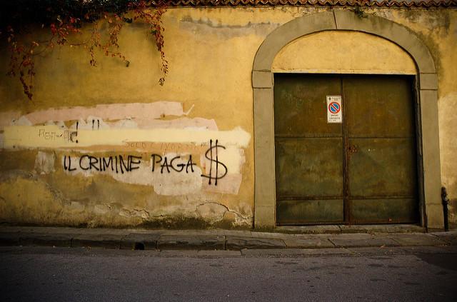 """À Pise, en Italie, sur un mur, l'inscription """"Le crime paie"""". (Photo Flickr/Marc-Olivier Bergeron)"""