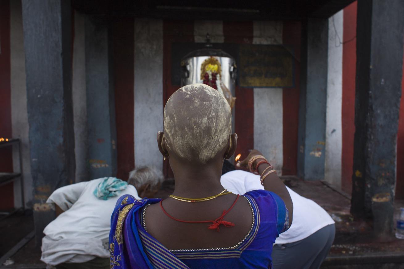 Après le rasage, les hindouistes s'enduisent le crâne de curcuma. (photo Elena Del Estal/8e étage)