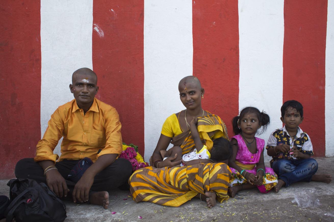 Une famille pose pour un portrait après que les deux parents ont rasé leur tête au temple Thiruthani Murugan, Inde.  (photo Elena Del Estal/8e étage)