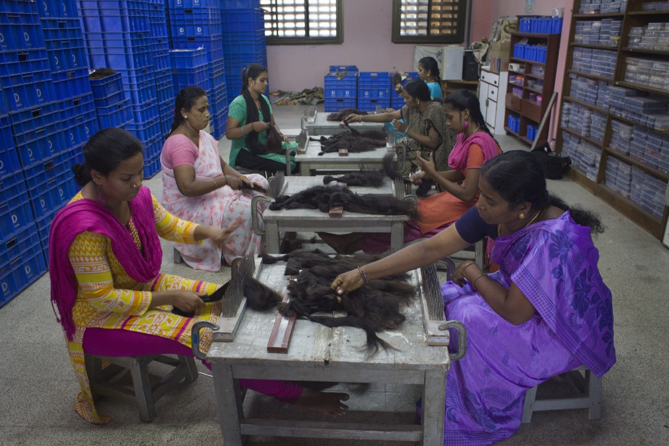 Les travailleuses démêlent les cheveux qui deviendront des perruques, à la société T. Durai & Co, près de Chennai, Tamil Nadu, Inde. (photo Elena Del Estal/8e étage)