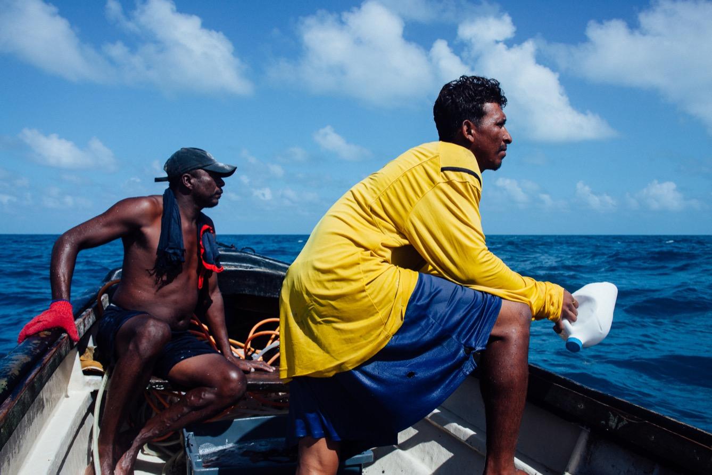 Marvin Mariscol-Perez, 35 ans, plongeur depuis 5 ans et José, 25 ans, responsable du compresseur, à la recherche du prochain lieu de plongée. (Photo Valerian Mazataud / hanslucas.com / 8e étage)