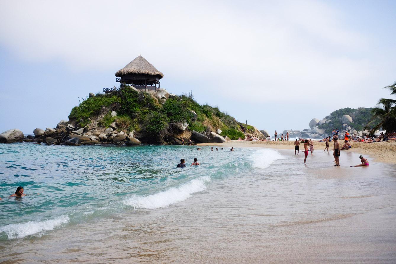 Les visiteurs du parc national Tayrona, sur la côte caraïbe, profitent de la plage de Cabo San Juan après avoir crapahuté dans la jungle. (photo Jérôme Le Boursicot/8e étage)