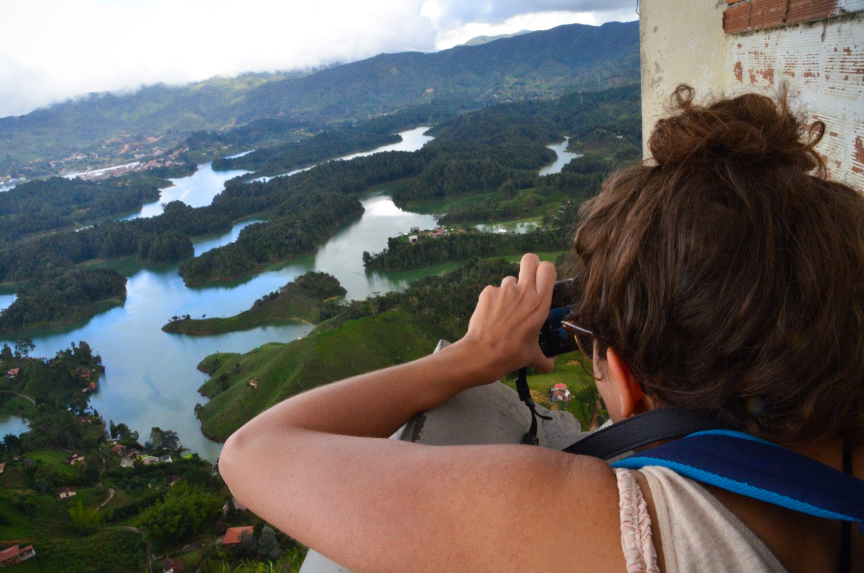 Les touristes déferlent en Colombie, comme ici à la Piedra del Peñol. (photo Jérôme Le Boursicot/8e étage)