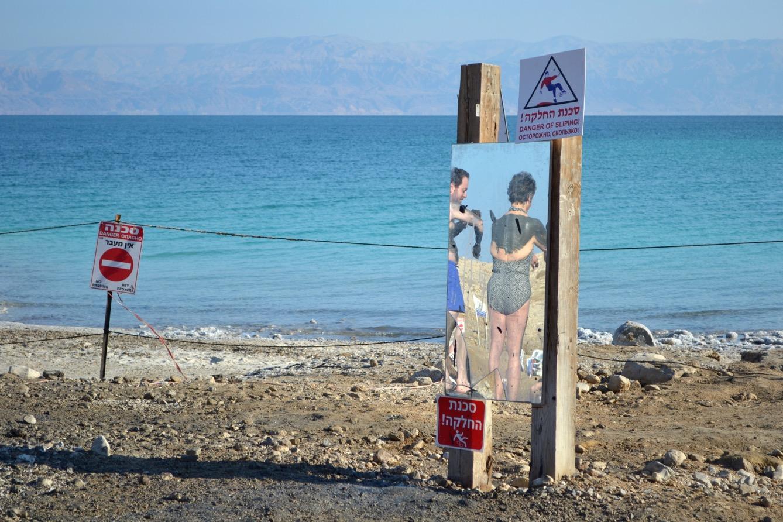 Des touristes s'enduisent le corps de boue de la Mer morte sur une plage israélienne. (photo Mathilde Dorcadie/8e étage)