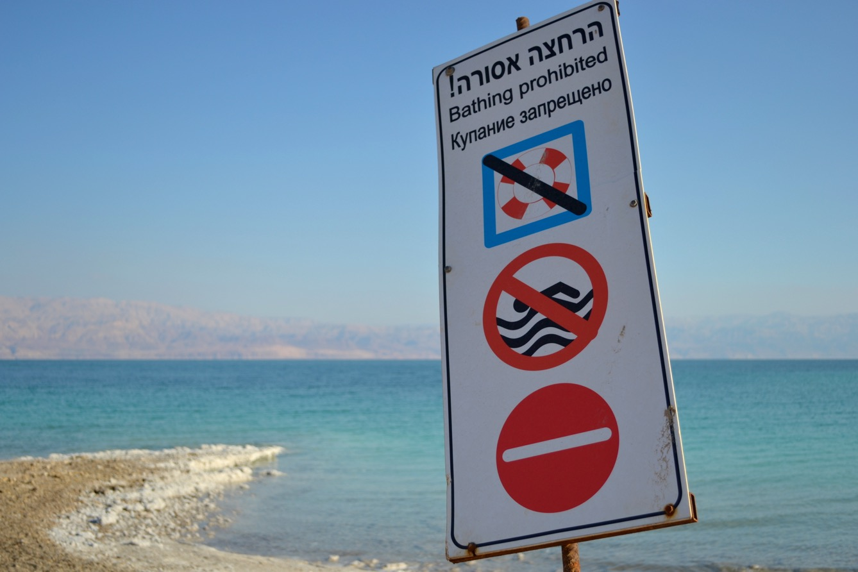 Un panneau déconseillant la baignade sur une plage israélienne. (photo Mathilde Dorcadie/8e étage)