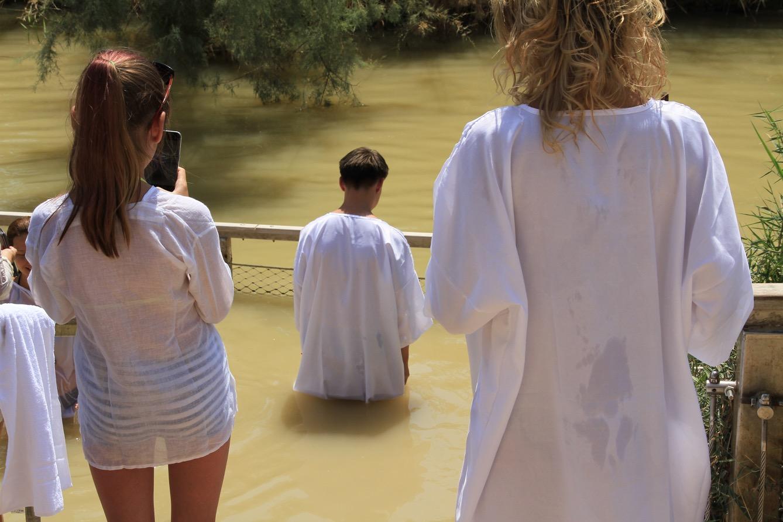 Des pèlerins chrétiens participent à un baptême collectif sur les rives du Jourdain.  (photo Mathilde Dorcadie/8e étage)