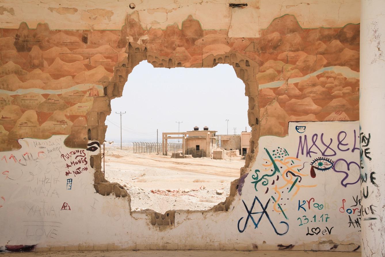 La fresque du Lido endommagée par un trou qui laisse apparaitre une station d'extraction de sel, elle aussi abandonnée. (photo Mathilde Dorcadie/8e étage)