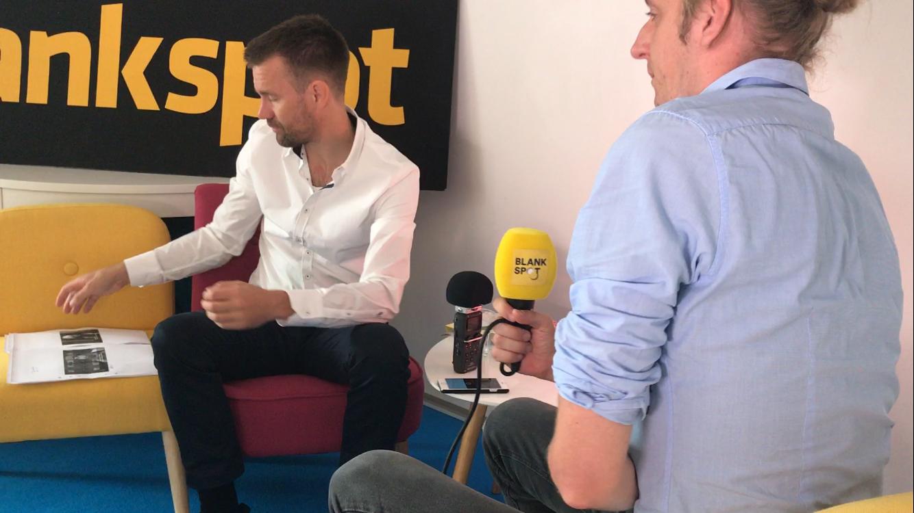 Johan Gustavsson en train de regarder des photos de ses ravisseurs. Ici, pendant son interview avec Martin Schibbye de Blankspot.