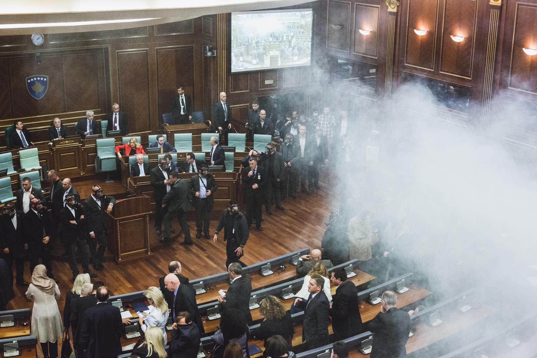 Le parti d'opposition Autodétermination jette des bombes lacrymogènes dans l'hémicycle. (photo Martin Valentin Fuchs)