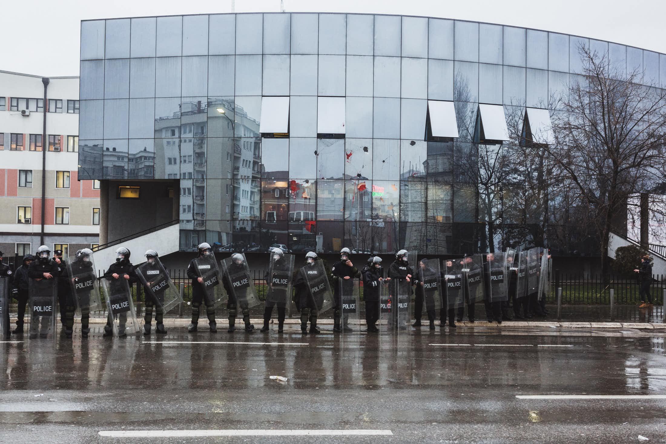 Le siège du gouvernement à Pristina sous protection policière. (photo Martin Valentin Fuchs)