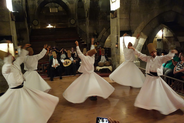 Des Derviches tourneurs en représentation lors d'un mariage traditionnel en Turquie. (Photo Flickr/priscillamok17)