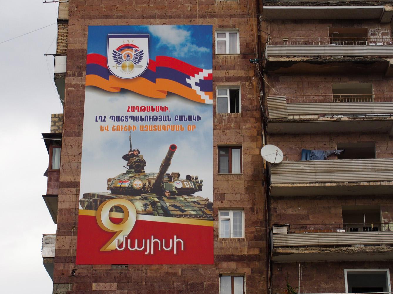«Le jour de la victoire, l'armée de défense de l'Artsakh et la libération de Shushi. 9 mai 1992» rappelle cette affiche sur la place de la Liberté à Stepanakert, la capitale du Haut-Karabakh. (photo Arthur Fouchère/8e étage)
