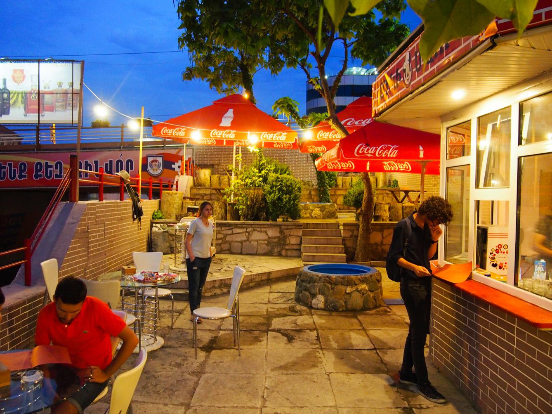 """Le restaurant """"Mickey Mouse"""", la fierté du jeune Serjo, est l'un des rares lieux de sortie pour la jeunesse de Stepanakert. (photo Arthur Fouchère/8e étage)"""