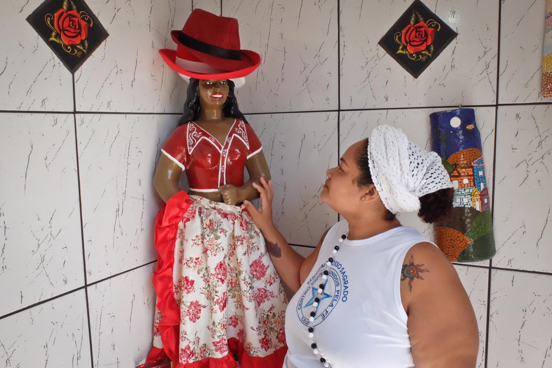 «Mère Cíntia Dayra», prêtresse d'Umbanda et l'entité «Malandra das Rosas Vermelhas», (l'espiègle aux roses rouges) la protectrice des bandits, qui a été épargnée par les assaillants lors du cambriolage. (photo Marlène Haberard/8e étage)