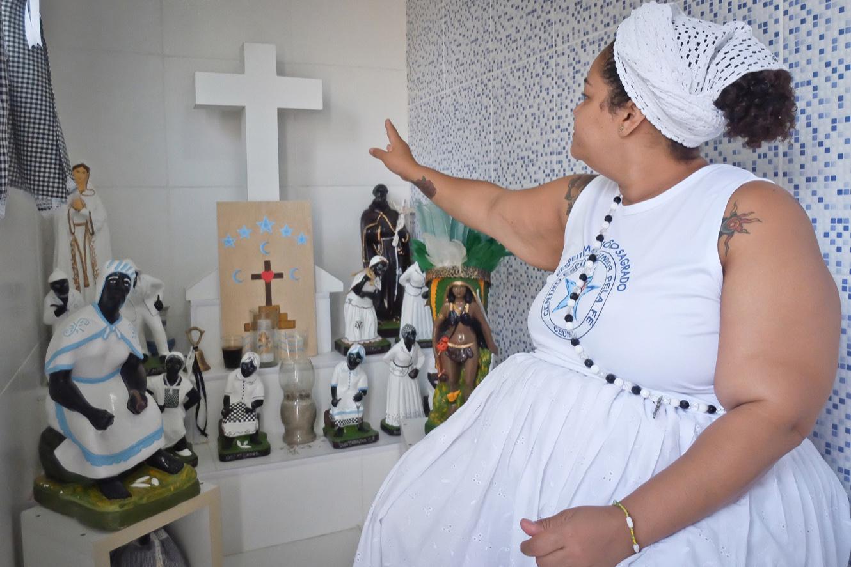 Cíntia dans son «quarto da vovó», (la chambre de grand-mère) où elle conseille ses fidèles. Elle a racheté la plupart des figurines qui avaient été détruites. (photo Marlène Haberard/8e étage)