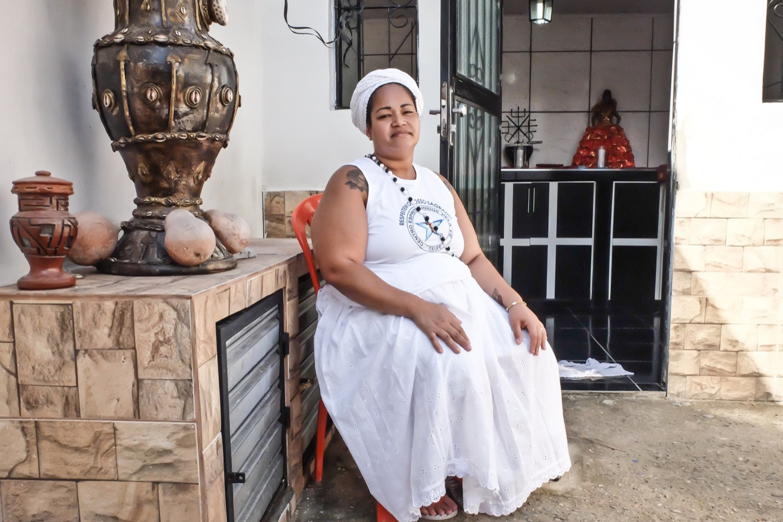 Cíntia Miranda, 39 ans, connue comme «Mère Cíntia Dayra» assise dans la cour de son terreiro, saccagé le 29 août dernier.  (photo Marlène Haberard/8e étage)