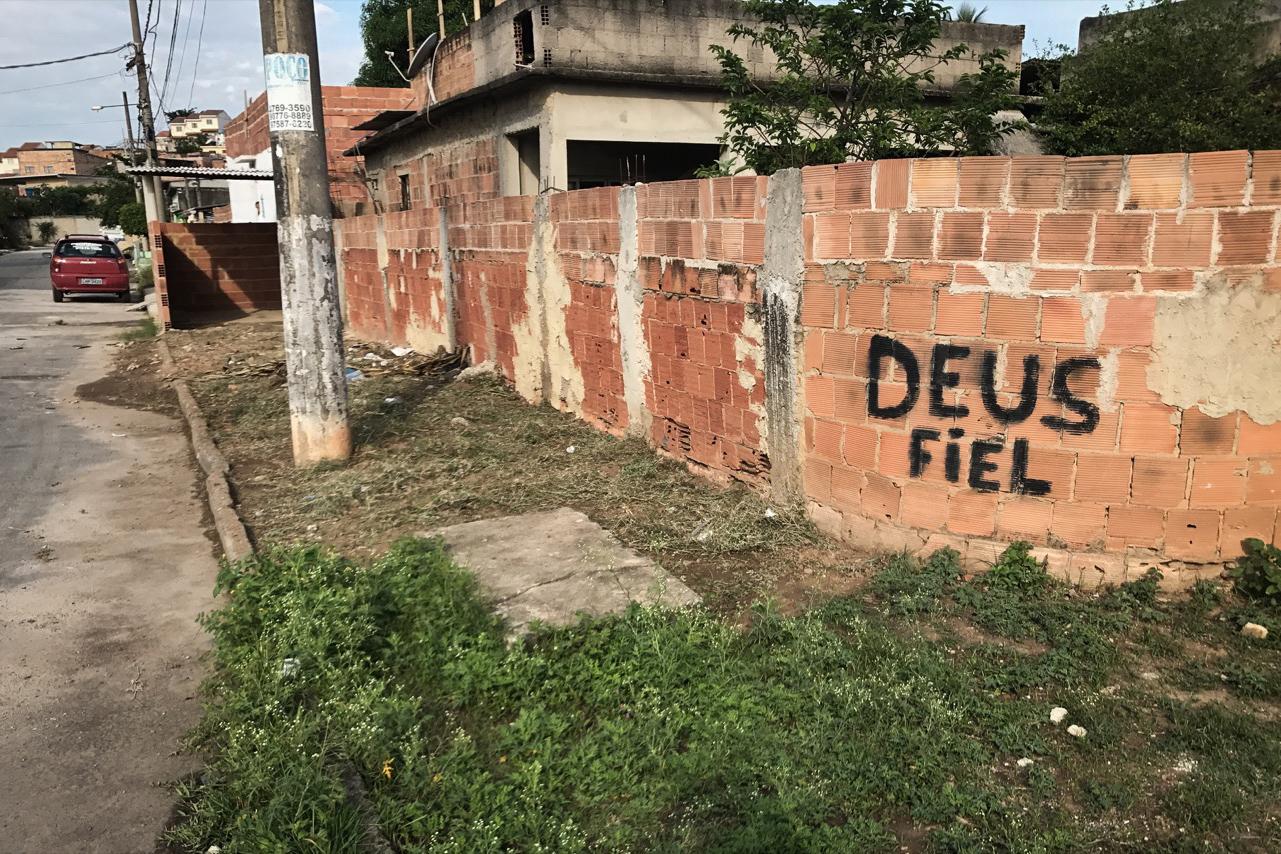Les malfaiteurs ont inscrit «Un dieu fidèle» sur un mur au bout de la rue de Cíntia. Cette provocation est censée lui rappeler que sa religion qui vénère les Orixás, n'est pas la bienvenue. (photo Marlène Haberard/8e étage)