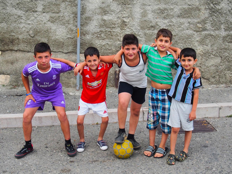 Enfants jouant au football dans les rues de Stepanakert, capitale République du Haut-Karabakh.  (photo Arthur Fouchère/8e étage)