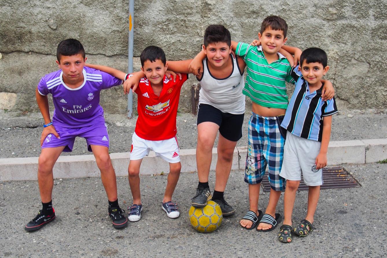 Enfants jouant au football dans les rues de Stepanakert, capitale République du Haut-Karabakh.