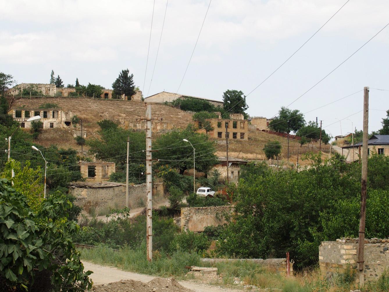 Talish, l'une des nombreuses villes fantômes du Haut-Karabakh, a été évacuée en avril 2016. Lors de la première guerre, elle avait déjà été le théâtre de violents combats.  (photo Arthur Fouchère/8e étage)